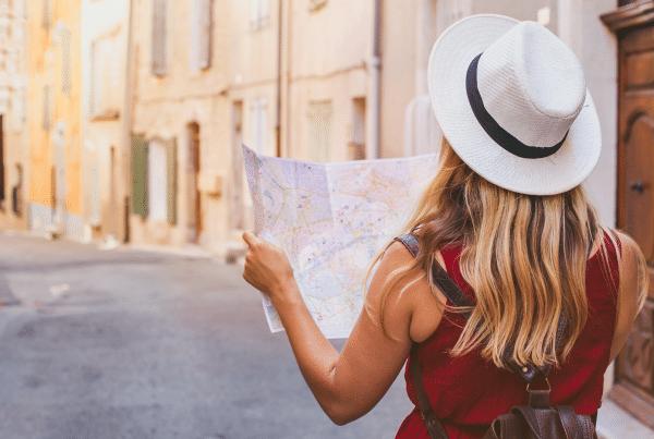 mulher olhando em um mapa