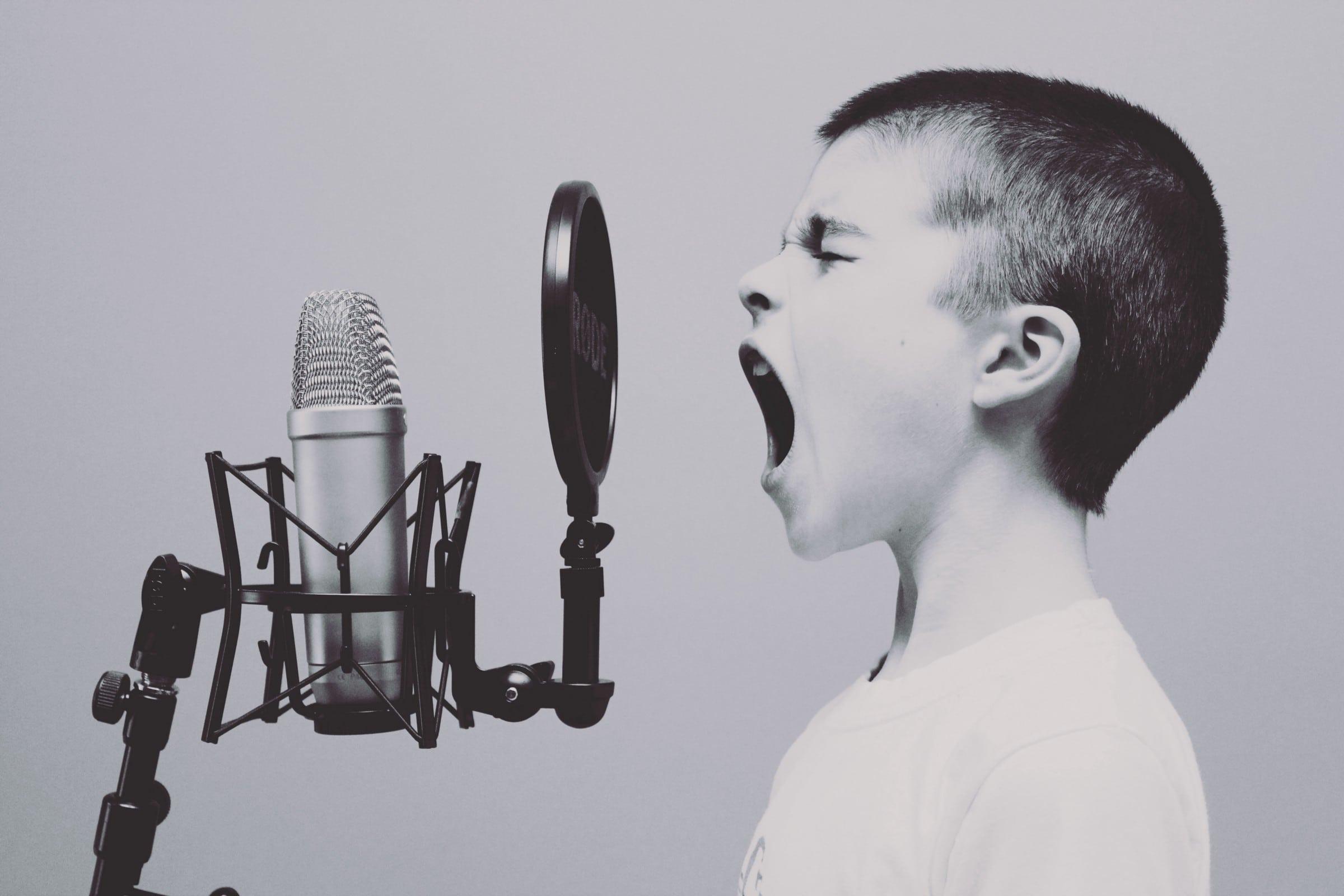 menino grita no microfone