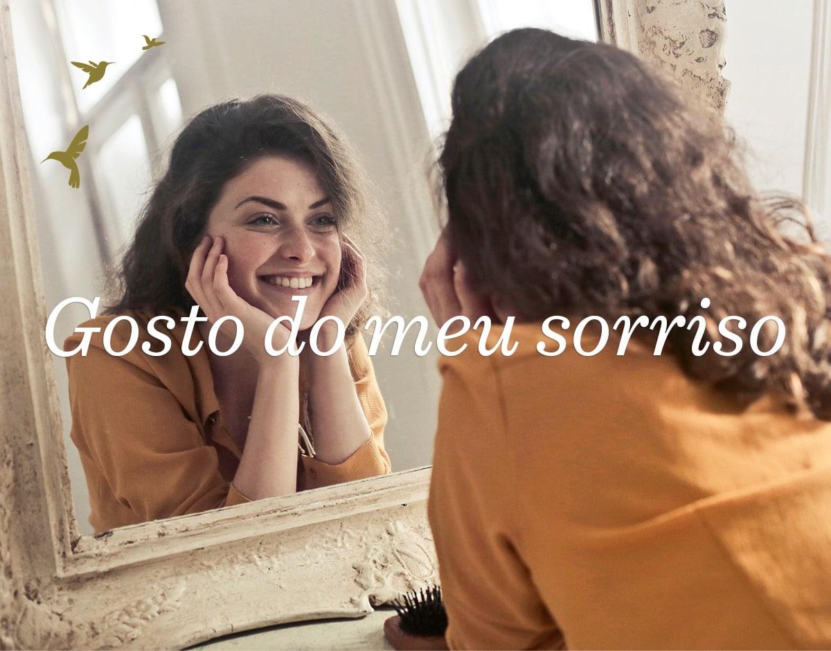 menina sorri no espelho