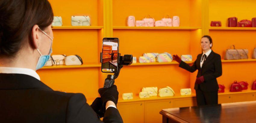 mulher a filmar vendedora da Gucci