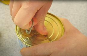 homem abrindo uma lata