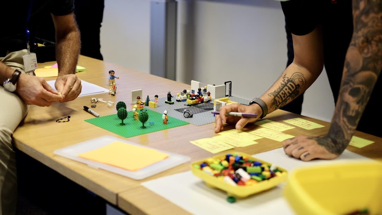mesa de trabalho com brinquedos