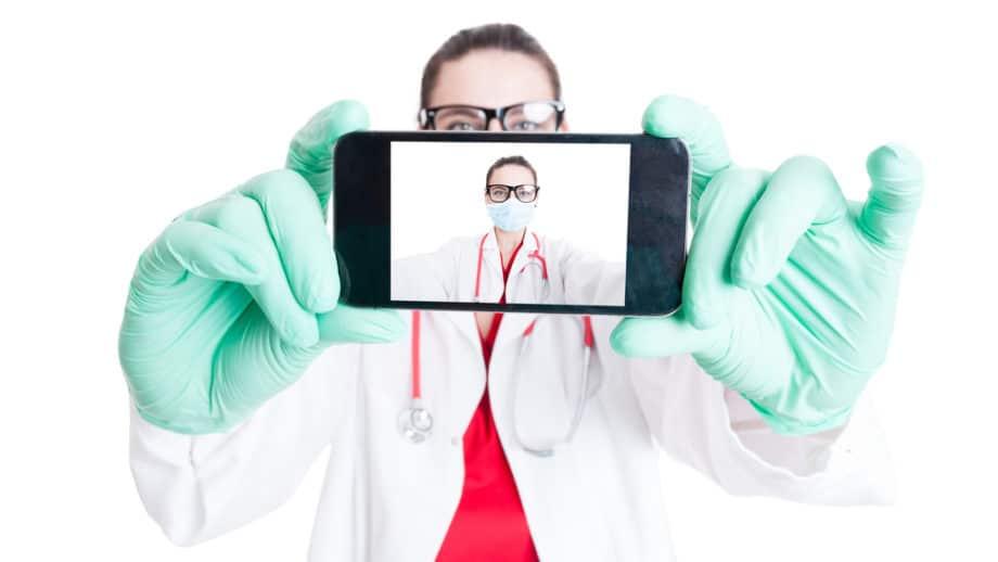 médica a segurar o telemovel